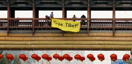 China releases Tibetan-German protestor after Olympics