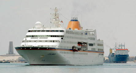 Ship's captain asks guests disembark to avoid pirates