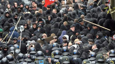 More than 100 arrests in Leipzig neo-Nazi and anarchist clashes
