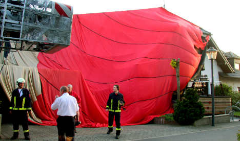 Four die in helicopter crash but group in hot air balloon unhurt