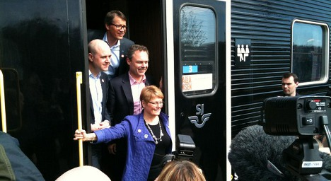 Ministers take the train to counter opposition