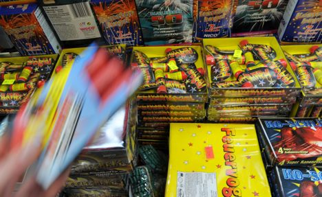 Politicians call on unemployed not to buy fireworks
