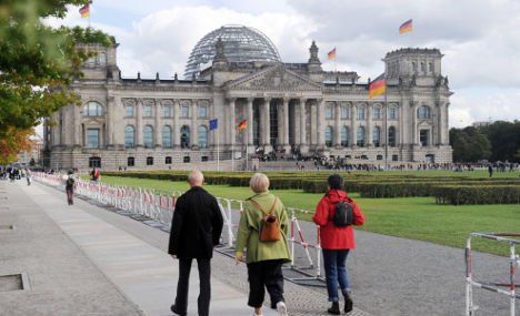 Woman sets herself on fire before Reichstag