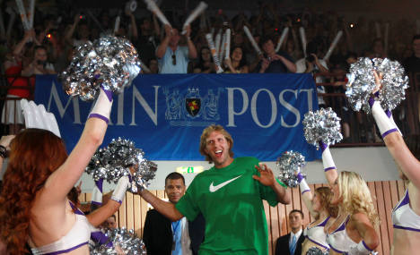 Nowitzki cheered by thousands upon return home