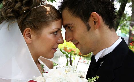 France issues 'wedding kits' to fight divorce