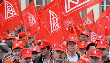 Metalworkers get pay rise, vow to take on Opel