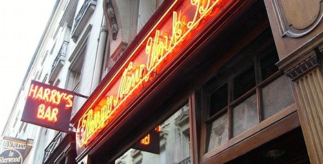 Iconic Paris bar aims to pick between Obama and Romney