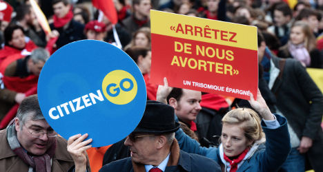 Abortion: Mass protest in Paris ahead of bill