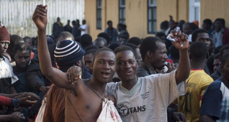 500 immigrants storm borders to enter Spain