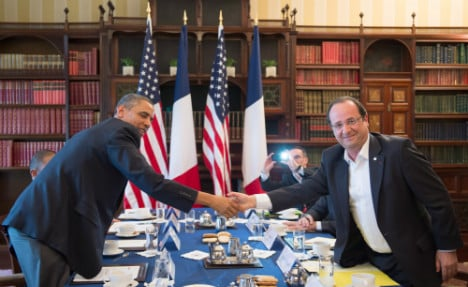 Hollande, Obama warn Russia of new sanctions