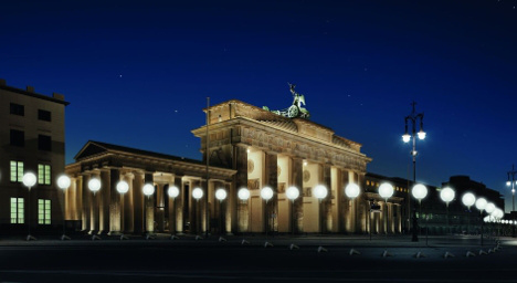 Berlin to place 8,000 lit balloons along Wall route