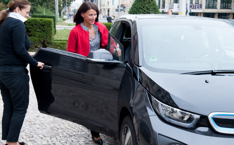 Electric cars to use bus lanes, get free parking
