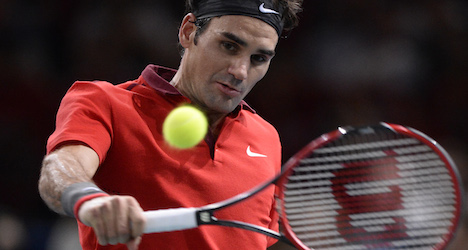 Federer eyes London semis after Murray rout