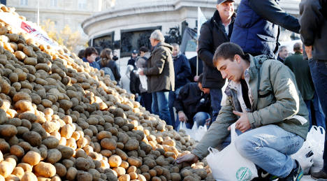 Irate French farmers hand out fruit and veg