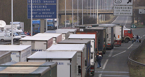 Truck drivers to block Paris roads over pay