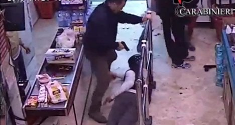 Thieves rob supermarket in front of police