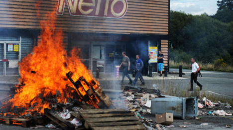 Angry French farmers step up road blocks