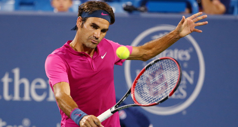 Federer plays 'rock-solid' match to reach quarters