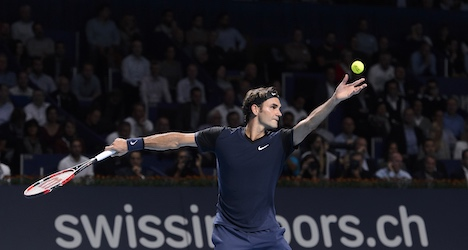 Federer eases through first round in hometown