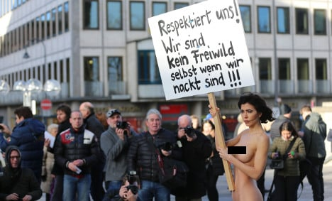 Artist protests naked at Cologne Cathedral