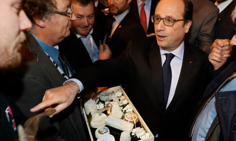 French farmers jeer Hollande as he opens farm expo