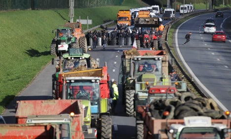 Chaos expected as French farmers blockade towns