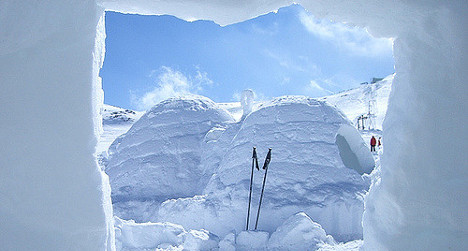 Injury forces skiers to build igloo to survive
