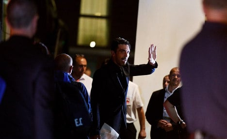 Italy given raucous welcome by waiting Azzurri fans