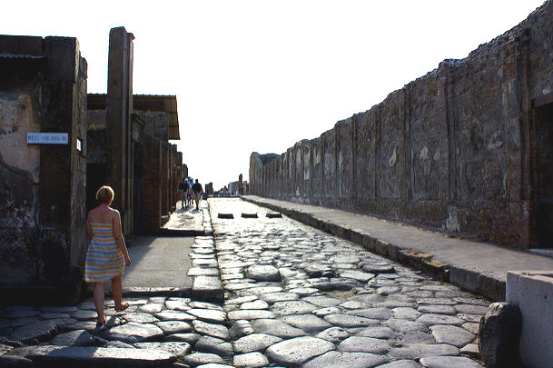 Pompeii chief wants refugees to tend to Italy's ruins