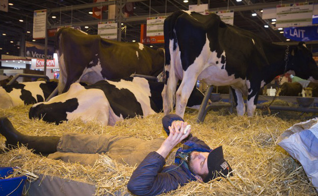 Fed up French farmers unimpressed by France's presidential hopefuls