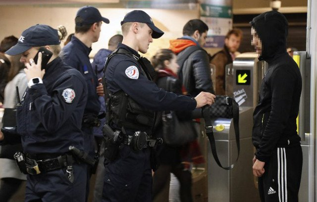 Paris police given powers to search Metro passengers' bags after St Petersburg bombing