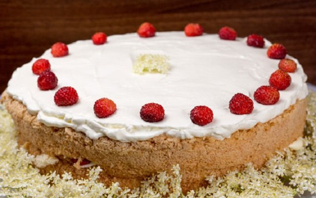 How to make a delicious strawberry cake with elderflower cream