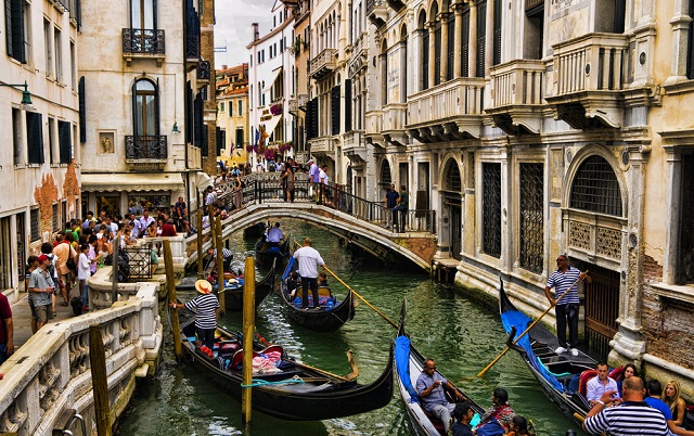 Venice authorities open inquiry into €1,100 restaurant bill for tourists