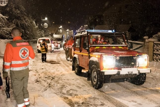 How can 15cm of snow cause so much travel chaos around Paris?