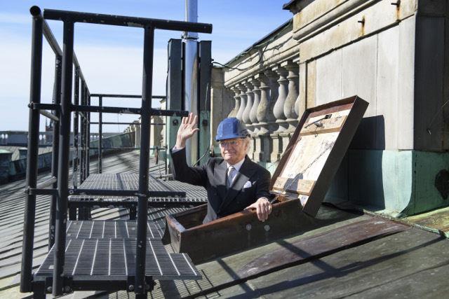 IN PICTURES: Sweden's King installs solar panels on the roof of Stockholm Royal Palace