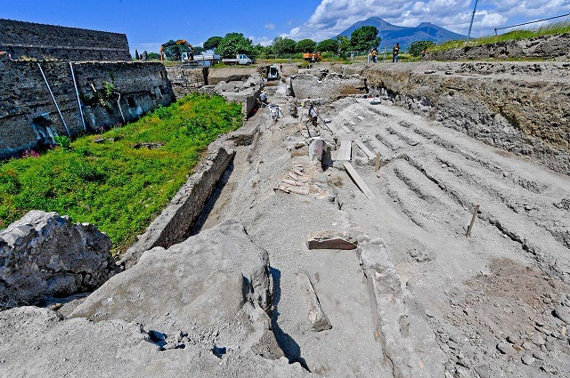 'Alley of balconies' uncovered at Pompeii in rare find