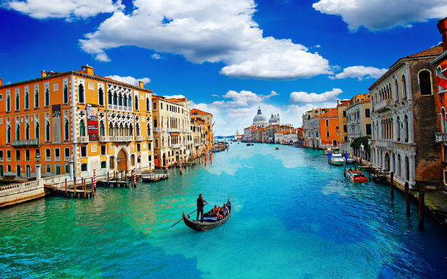 Venice bans morning coffee breaks and bermuda shorts for city employees