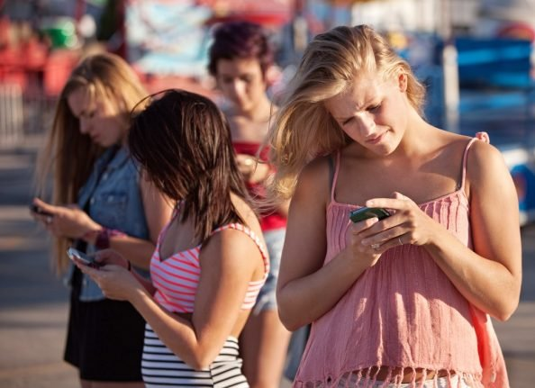 Italian government unveils plan to tackle smartphone addiction