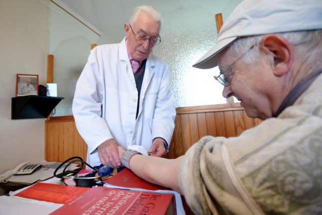 What are the rules on holiday health cover for pensioners in France?