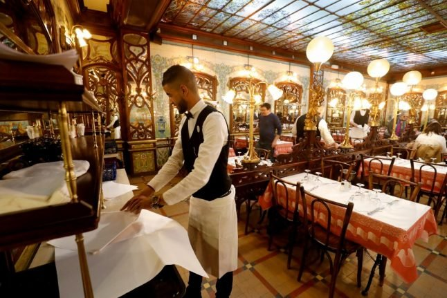 How much should you tip the waiter or waitress in France?