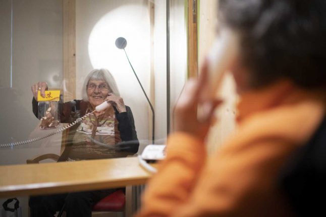 Coronavirus: How Swiss 'visitor boxes' are again allowing nursing home visits