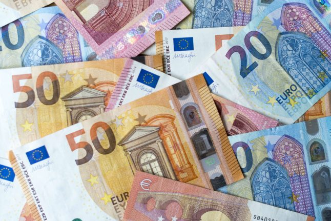 Family returns large sum of cash found in discarded sewing machine in Germany