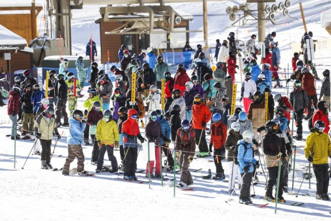 Skiing: Photo of crowds queuing at Swiss ski lift sparks outrage