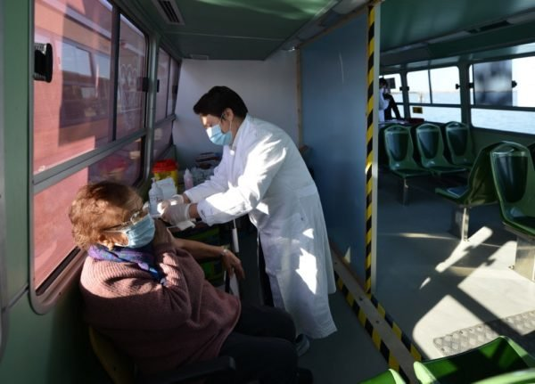 In Venice, over-80s are vaccinated on a vaporetto