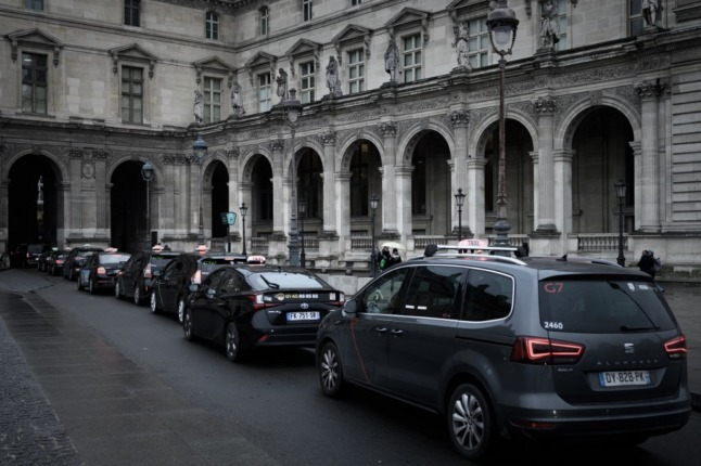 Paris drivers fined and banned after tourists charged €230 for airport taxi trip