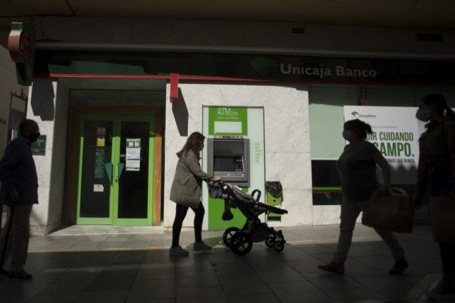 How to avoid paying hidden fees when closing your bank account in Spain