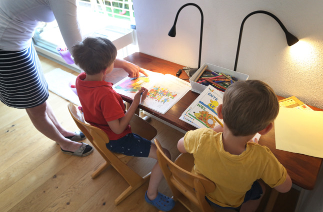 Reader question: Who can look after my children while they quarantine in Germany?
