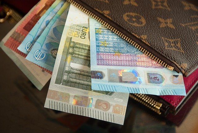 €965 a month: Spanish government announces small rise in minimum wage